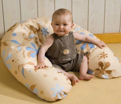 bébé et coussin d'allaitement