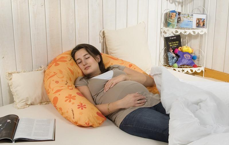 dormir avec un coussin d'allaitement