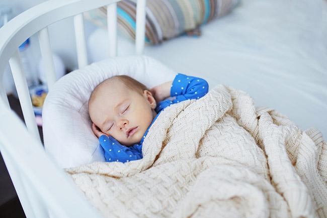 lit cododo avec bébé qui dort