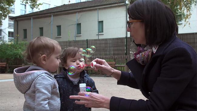assistante maternelle dans parc