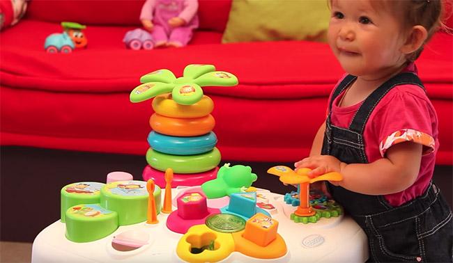 bébé avec table d'activité smoby