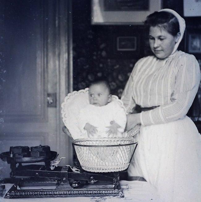pesé de bébé jadis