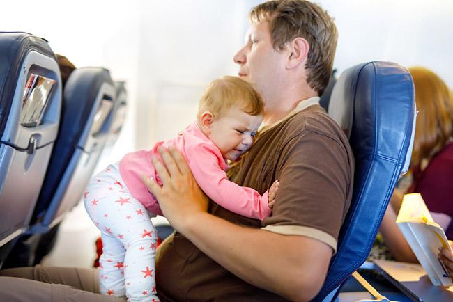 bébé en avion avec papa