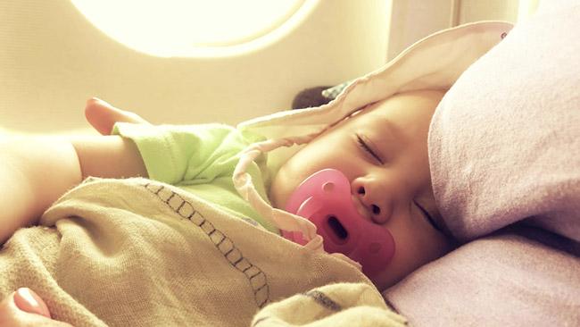 bébé dort dans l'avion