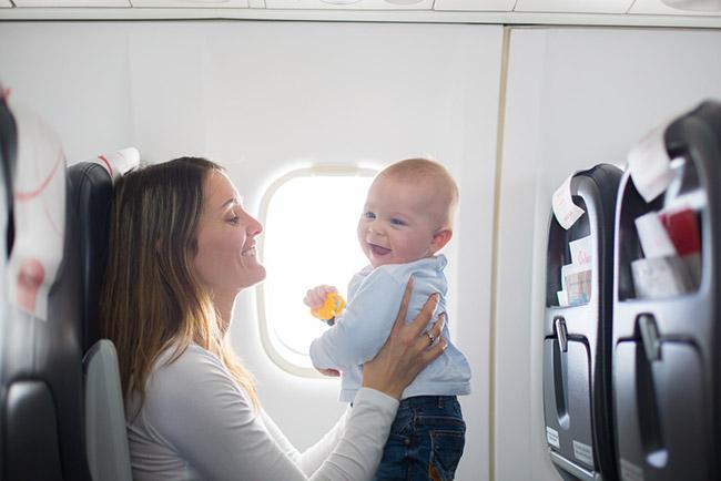 bébé avec maman dans l'avion