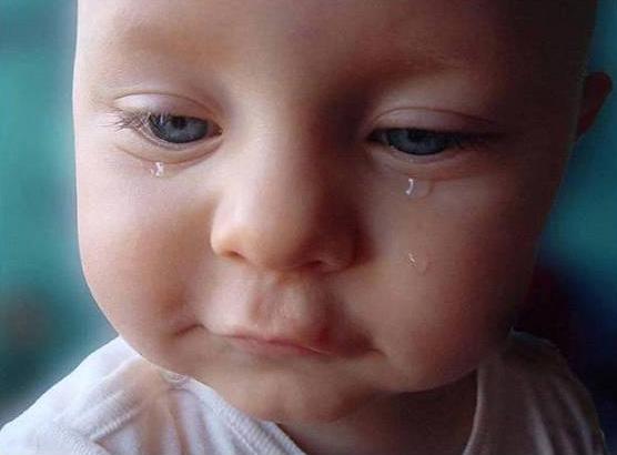 larme d'un bebe pensif